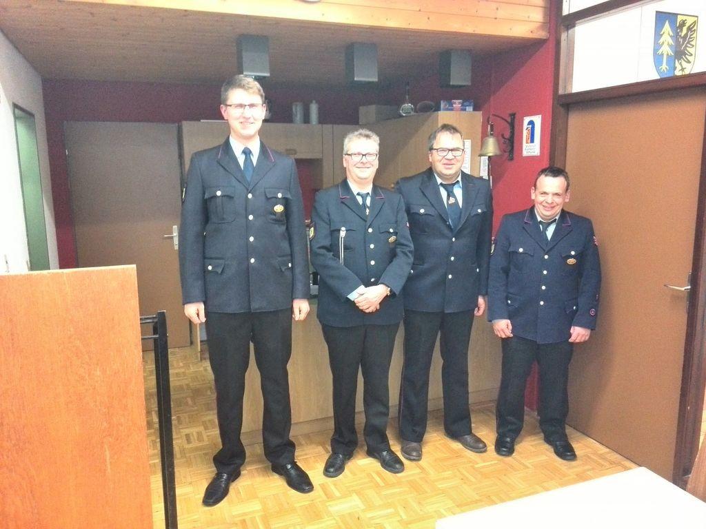 Kommandant Manuel Wodzisz mit den geehrten Kameraden Thomas Hermann, Clemens Mauch und Berthold Keller (v.l.)